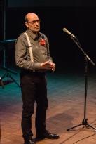 Daniel in actie tijdens de voordracht van zijn gedicht 'Vergeef me mijn spraakgebrek', in een blokje waarin we een tipje van de sluier oplichten van onze nieuwe bundel: 'Lopen op los zand. Gedichten om kanker neer te schrijven'.
