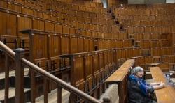 Auditorium Maisin om 16 u. Een Nederlandse bezoekster uit het verre Groningen heeft al een plaatsje bemachtigd. Daniel zet de laatste puntjes op de i.